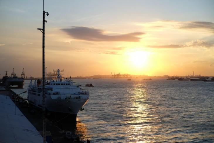Menikmati Matahari Terbenam di Surabaya North Quay